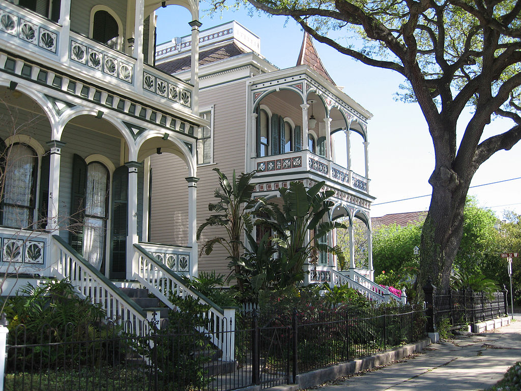 1024px-Galveston_victorian_homes_post_office