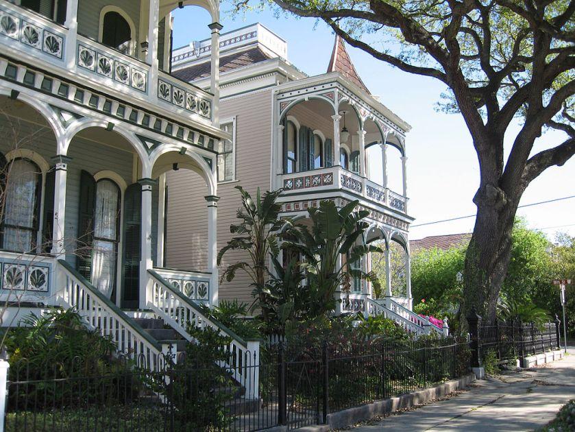 1024px-Galveston_victorian_homes_post_office