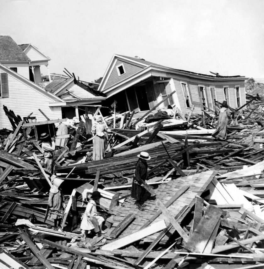 Seeking_valuables_in_the_wreckage,_Galveston,_Texas