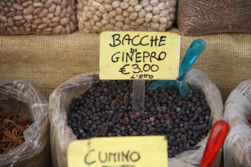4628_-_Bacche_di_ginepro_al_mercato_di_Ortigia,_Siracusa_-_Foto_Giovanni_Dall'Orto,_20_marzo_2014